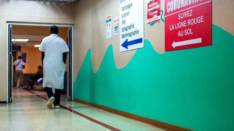 Le service d'accueil des patients atteint de Covid-19 au CHU de Pointe-à-Pitre (Guadeloupe), le 24 septembre 2020. (LARA BALAIS / AFP)