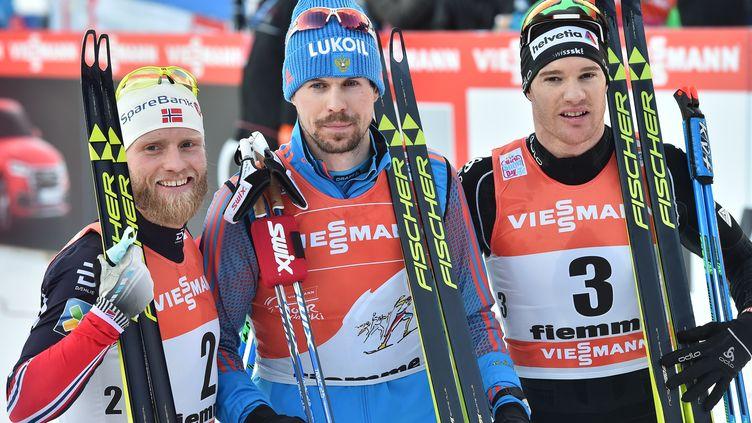 Le Norvégien Martin Johnsrud Sundby (à gauche), le Russe Sergey Ustiugov (au centre) et le Suisse Dario Cologna (à droite) : trois favoris des épreuves de ski de fond des Mondiaux de Lahti (Finlande). (GIUSEPPE CACACE / AFP)