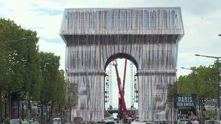 Art monumental : l'Arc de Triomphe emballé, le triomphe posthume de Christo (France 2)