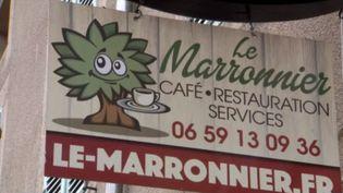 Dans la commune de Marey-sur-Tille (Côte-d'Or), un café a ouvert ses portes il y a deux ans. Et comme c'est le dernier commerce du village, il cumule aussi les rôles de boulangerie et d'épicerie. (FRANCE 3)