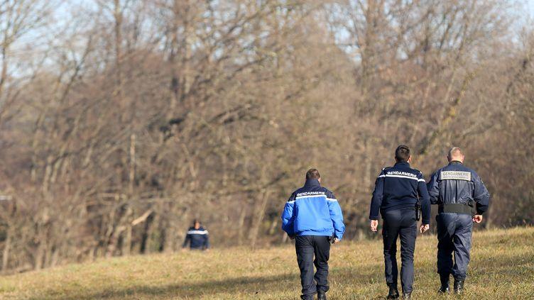 Endécembre 2015, les enquêteurs à la recherche d'indices là où avait été retrouvé le corps du jeune homme, àGrésy-sur-Aix (Savoie). (SYLVAIN MUSCIO / MAXPPP)