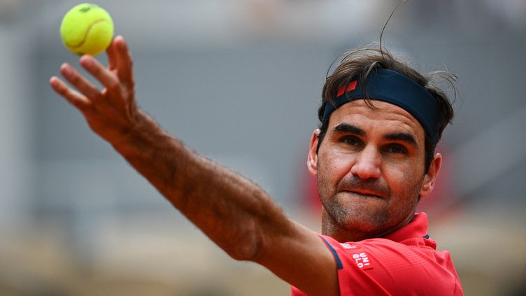 Roger Federer aurait sans doute préféré passer moins de temps sur le court pour son 2e tour à Roland-Garros 2021. (ANNE-CHRISTINE POUJOULAT / AFP)