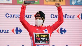 Le coureur slovène de l'équipe Jumbo, Primoz Roglic, après la 17e étape du Tour d'Espagne à La Covatilla, le 7 novembre 2020. (OSCAR DEL POZO / AFP)