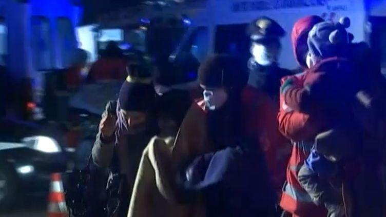Des migrants pris en charge par les autorités italiennes lors de leur arrivée à Gallipoli (Italie), le 31 décembre 2014. (APTN)