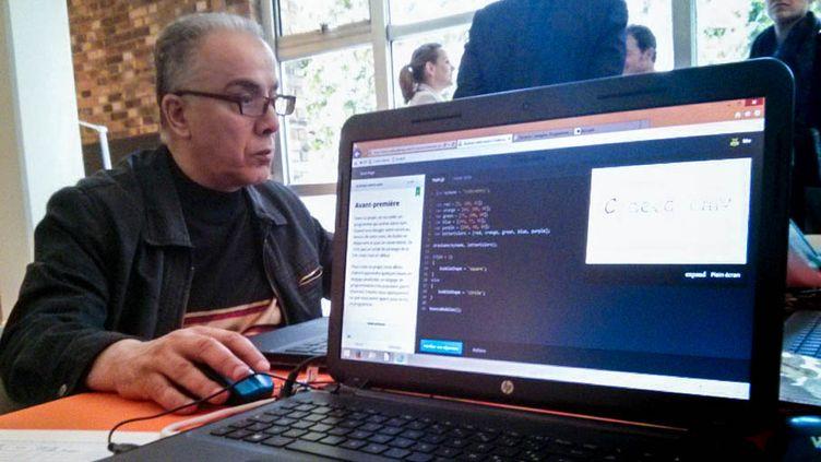 Un homme teste la version française de Codecademy, à la bibliothèque Robert-Desnos de Montreuil (Seine-Saint-Denis), le 24 mai 2014. (VINCENT MATALON / FRANCETV INFO)