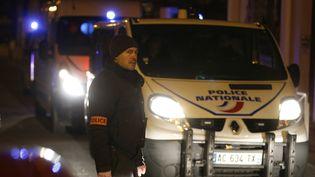 Le cordon de police à Montrouge (Hauts-de-Seine) sur les lieux où aété retrouvée une ceintured'explosifs le 23 Novembre 2015. (ERIC GAILLARD / REUTERS)