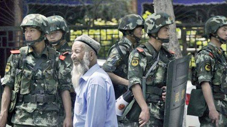 Policiers chinois à Urumqi, capitale du Xinjiang, le 29 juin 2013. (REUTERS - Kyodo)