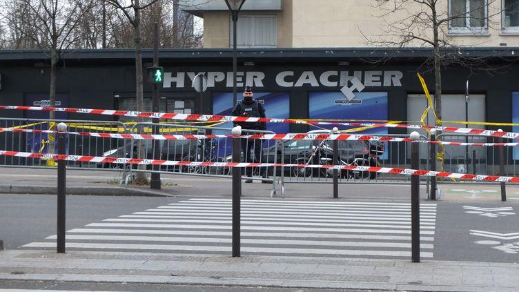 Le magasin casher de la porte de Vincennes (Paris), où a eu lieu la prise d'otages, le 9 janvier 2015. (DANIEL BESSON / AFP)