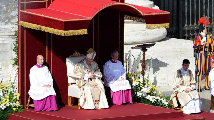 Le pape François célèbre la messe de béatification du pape Paul VI, au Vatican, dimanche 19 octobre. (FILIPPO MONTEFORTE / AFP)