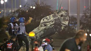 Les restes du véhicule deRomain Grosjean après son accident, le 29 novembre 2020, lors du Grand Prix de Formule 1 de Bahreïn. (HAMAD I MOHAMMED / POOL / AFP)