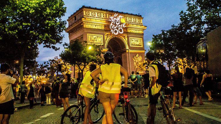 Le centenaire du Tour de France célébré le 21 juillet 2013 à l'Arc de Triomphe à Paris. (BRUNO LEVESQUE / MAXPPP)