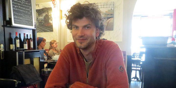Vincent Peirani et un (rare) rayon de soleil estival dans un restaurant parisien... (25 juin 2013)  (Annie Yanbékian)