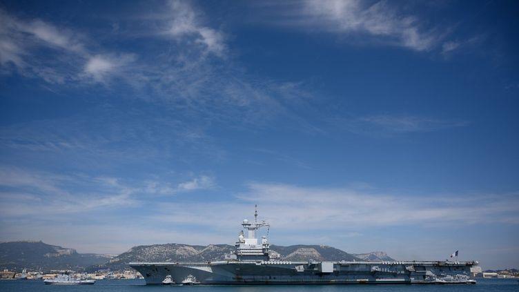 Le porte-avions Charles-de-Gaulle, près de Toulon, en avril 2020. (CHRISTOPHE SIMON / AFP)
