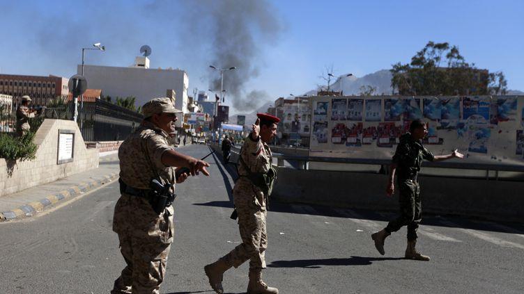 Des soldats yéménites dans une rue de Sanaa,la capitale du Yémen, après un attaque contre le ministère de la Défense, le 5 décembre 2013. (MOHAMED AL-SAYAGHI / REUTERS)
