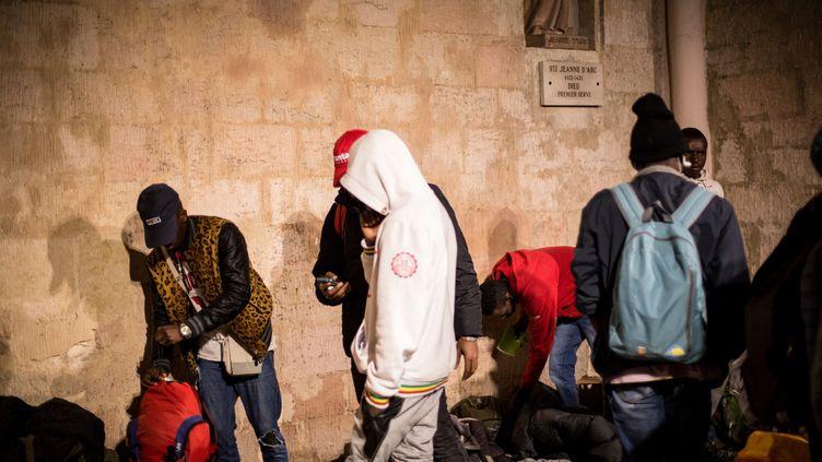 Des associations occupent l'église Saint-Ferréol de Marseille, pour protester contre les conditions de vie des mineurs isolés et réclamer un meilleur accueil par la municipalité. Le 12 juillet 2017. (FRANCK BESSIERE / HANS LUCAS / HANS LUCAS VIA AFP)