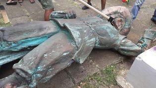 La statue déboulonnée du colon Pierre Belain d'Esnambuc, en Martinique, le 26 juillet 2020. (FRANCOIS MARLIN / LA PREMIERE)