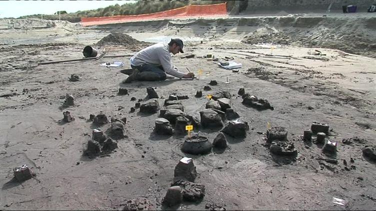 Image des fouilles archéologiquessur la plage d'Urville-Nacqueville (Manche). (France 3 Caen)