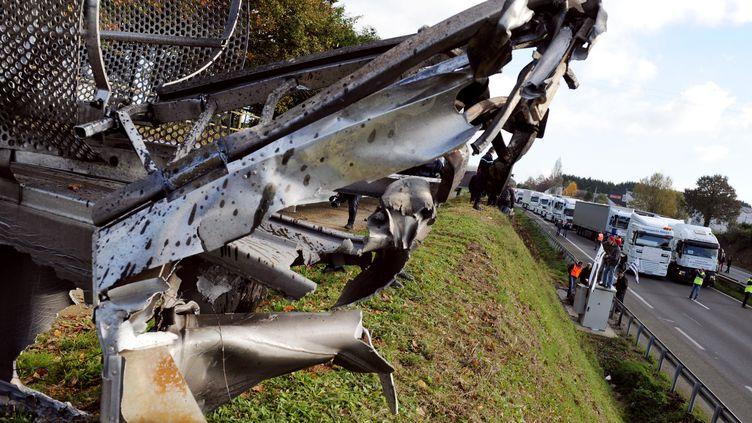 Un portique écotaxe détruit près de Lanrodec (Côtes-d'Armor), le 16 novembre 2013. (FRED TANNEAU / AFP)