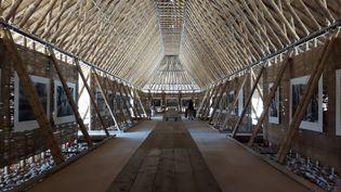 Le moine-photographe Matthieu Ricard expose 40photos grand-format dans une structure en bambou de 1000m2, construite spécialement pour les rencontres de la photographie d'Arles au bord du Rhône. (ANNE CHEPEAU / RADIO FRANCE)