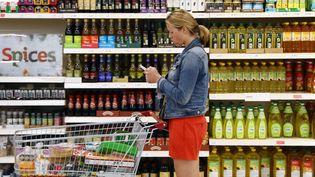 Une cliente fait ses courses dans un supermarché à Londres (Royaume-Uni), le 11 avril 2017. (NEIL HALL / REUTERS)
