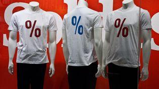 Des mannequins habillés pour les soldes dans une vitrine d'un magasin à Paris, le 11 janvier 2014. (CITIZENSIDE / PAUL CHARBIT / AFP)