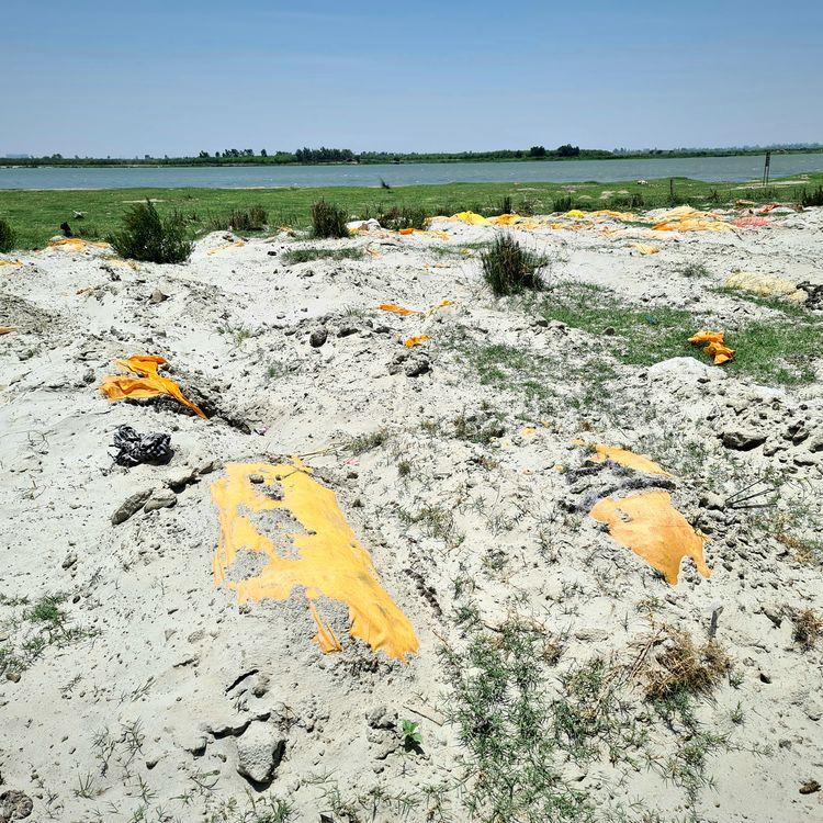 Des corps à demi-enterrés sur les bords du Gange en Inde, près de la ville sainte de Varanasi, le 6 juin 2021. (COME BASTIN / RADIO FRANCE)