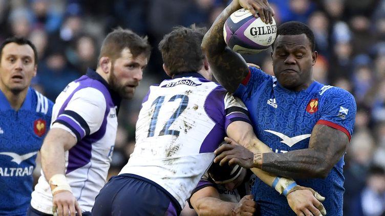 Virimi Vakatawa pris par la défense écossaise (CHRISTOPHE SIMON / AFP)