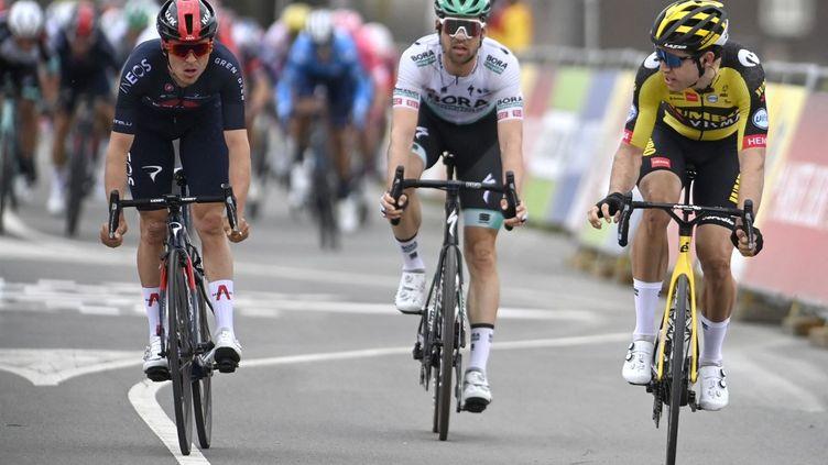 Wout Van Aert (à droite), s'impose au sprint devant Thomas Pidcock (à gauche) sur la 55e édition de l'Amstel Gold Race (ERIC LALMAND / BELGA MAG)