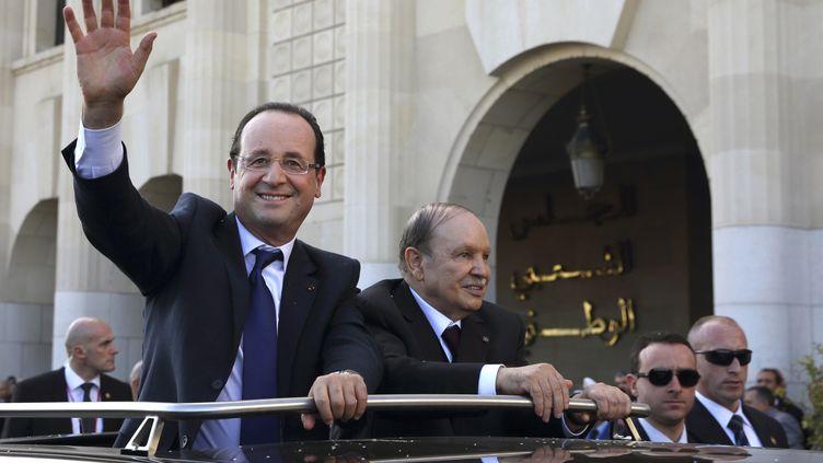Le président de la République, François Hollande, et son homologue algérien,Abdelaziz Bouteflika, le 19 décembre 2012 à Alger (Algérie). (PHILIPPE WOJAZER / POOL)