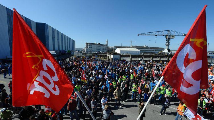 Une manifestation devant l'entrée des chantiers STX de Saint-Nazaire, le 23 mai 2012. (FRANCK DUBRAY / MAXPPP)