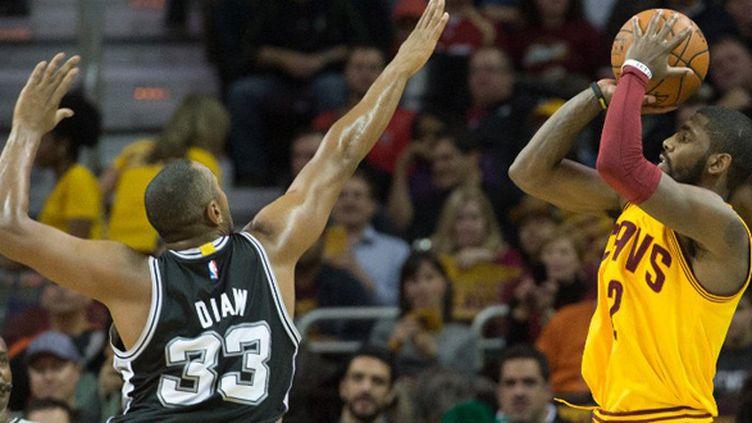 Boris Diaw (San Antonio Spurs) tente d'empêcher Kyrie Irving (Cleveland Cavs) de marquer (JASON MILLER / GETTY IMAGES NORTH AMERICA)