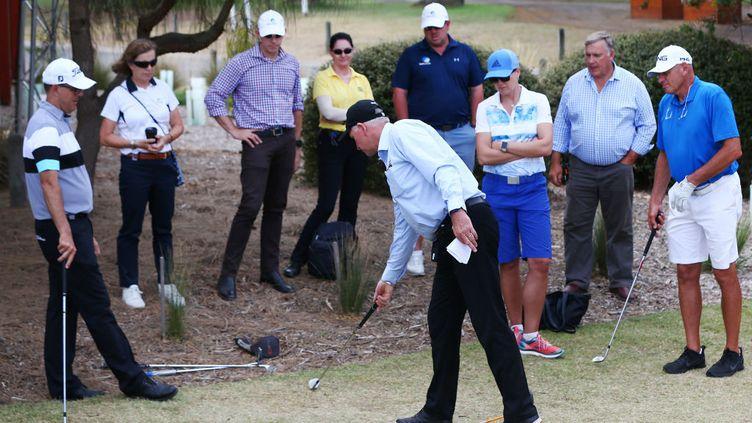 6 février 2019. Golfeurs et officiels se mettent d'accord sur les règles et les règlements avantletournoi ISPS Handa Vic Open 2019 à Geelong en Australie. (GETTY IMAGES)