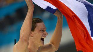 Yannick Agnel célèbre sa médaille d'or au 200m nage libre lors des Jeux olympiques de Londres (Royaume-Uni), le 30 juillet 2012. (CHRISTOPHE SIMON / AFP)