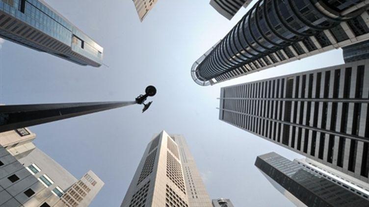 Le quartier des finances de Singapour sous la surveillance d'une caméra (AFP - Roslan RAHMAN)