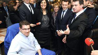Manuel Valls, Emmanuel Macron et Myriam El Khomri visitent le groupechimique Solvayle 22 Février 2016, à Chalampé (Haut-Rhin) (SEBASTIEN BOZON / AFP)