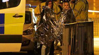 Deux rescapées de l'attentat de la salle Arena de Manchester (Royaume-Uni), le 23 mai 2017. (ANDREW YATES / REUTERS)