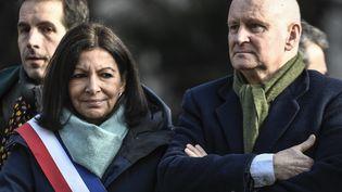 Christophe Girard et la maire de Paris, Anne Hidalgo, lors de l'inauguration d'une statue commémorative dédiée au dessinateur français René Goscinny, le 23 janvier 2020. (STEPHANE DE SAKUTIN / AFP)