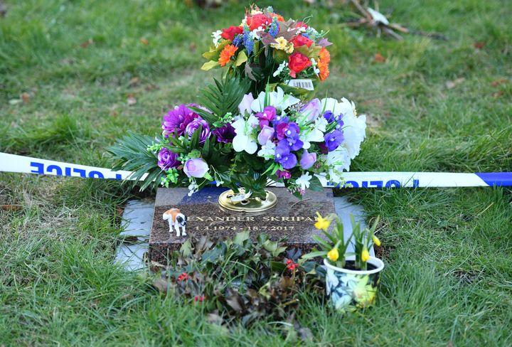 La tombe d'Alexander Skripal, fils de Sergueï Skripal, protégée par un cordon de police dans le cimetière de Salisbury (Grande-Bretagne) jeudi 8 mars 2018 après l'empoisonnementl'ex-espion. (BEN STANSALL / AFP)