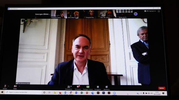 """Le romancier Hervé Le Tellier le 3 novembre 2020, réagit en ligne après avoir reçu son Prix Goncourt pour son roman """"L'anomalie"""", Gallimard (THOMAS SAMSON / AFP)"""