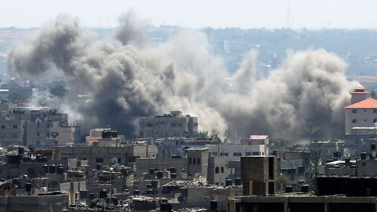 (Israël promet d'intensifier l'offensive sur Gaza. Ici, la fumée s'élève après une frappe, le 9 juillet  © MAXPPP / EPA)