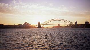 Un coucher de soleil sur le port de Sydney (Australie). (JOHN CUMBERLAND / IMAGE SOURCE / AFP)