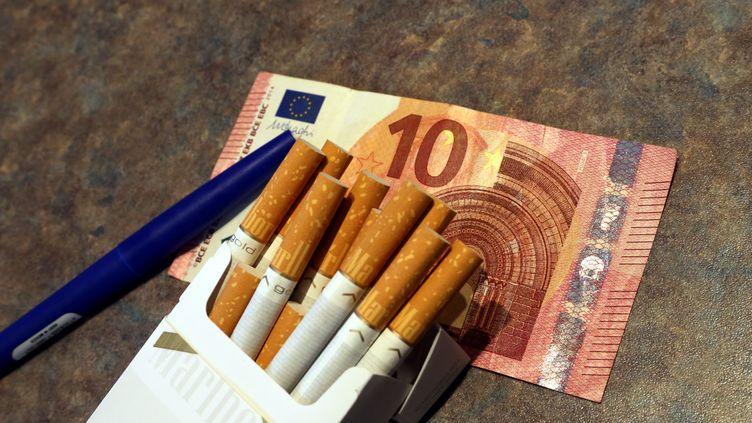 Le prix du paquet de tabac augmentera six fois d'ici fin 2020 pour atteindre 10 euros, annonce mercredi 20 septembre la ministre de la Santé. (MAXPPP)