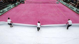 Le court numéro 1 de Roland-Garros est devenu rose, jeudi 7 juin, pour une journée de la femme organisée dans le cadre du tournoi. (REGIS DUVIGNAU / REUTERS )