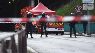 Les forces de l'ordre et les secours interviennent sur le lieu d'une attaque à l'arme blanche, à L'Haÿ-les-Roses, dans le Val-de-Marne, le 3 janvier 2020. (CHRISTOPHE ARCHAMBAULT / AFP)