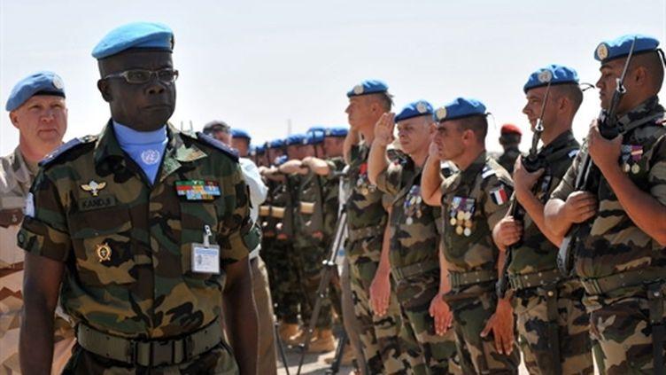 Le General El Hadj Mouhamadou Kandji, chef de la Mission au Tchad, Minurcat, passe en revue des troupes en 2009 (AFP/PHILIPPE HUGUEN)