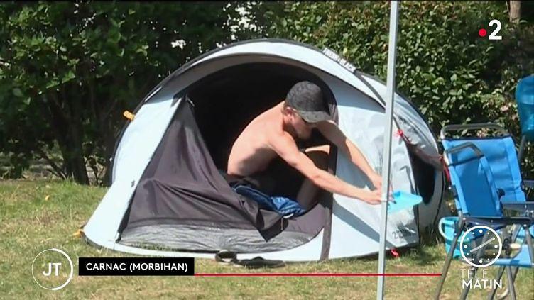 Un campeur à Carnac. (France 2)