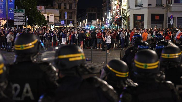 Des policiers s'apprêtent à disperser la foule des supporters anglais, mercredi 15 juin 2016, à Lille (Nord). (MARIUS BECKER / DPA / AFP)