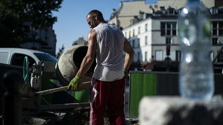 Un homme travaille sur un site de travaux, à Paris, le 26 juin 2019 (illustration). (KENZO TRIBOUILLARD / AFP)