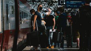 Des voyageurs dans la gare de Cologne (Allemagne), le 29 juillet 2021. (YING TANG / NURPHOTO / AFP)