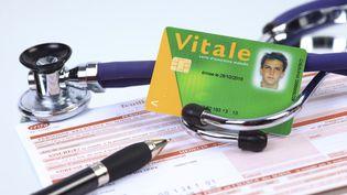 Une feuille de soins et une carte vitale (image d'illustration). (Philippe Turpin / Photononstop / Photononstop via AFP)